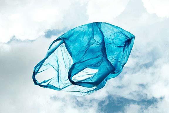 bolsa plastico azul flotando en el cielo