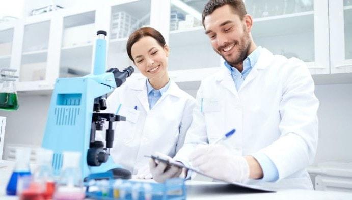 personas en laboratorio